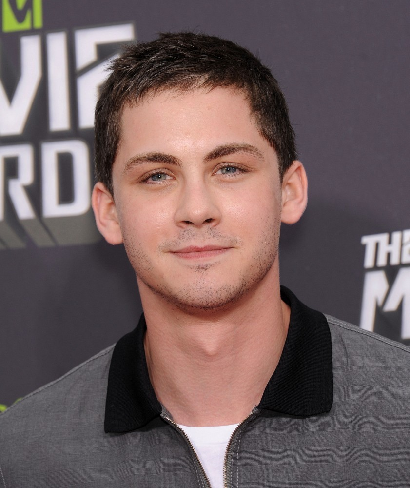 fuertecito no ve la teleLogan Lerman